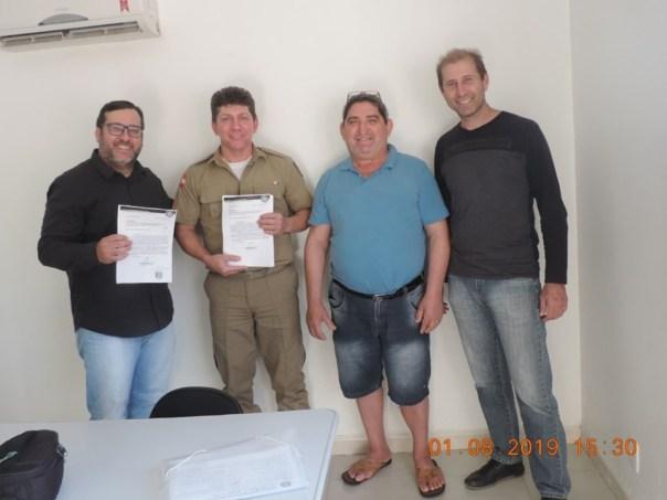 Representantes do Conseg Ilhota entregam documentação para regularização da entidade no município a PM